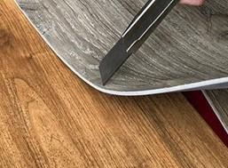 Pour faire adhérer le sol en vinyle à la surface
